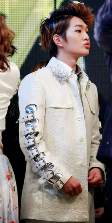 sadly, this Mao outfit with irritating sleeve straps for Onew was not a win.